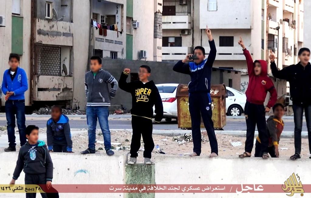 أطفال بسرت يشاهدون رتل لجنود الدولة الإسلامية بولاية طرابلس (من حساب موالية للتنظيم)